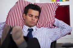 Hombre de negocios que duerme en la oficina fotos de archivo