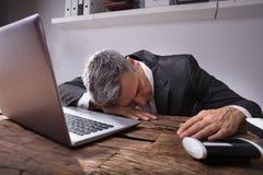 Hombre de negocios que duerme en oficina foto de archivo libre de regalías