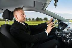 Hombre de negocios que duerme mientras que conduce el coche fotos de archivo