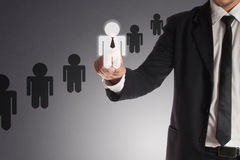 Hombre de negocios que elige al socio adecuado de muchos candidatos, concepto Fotos de archivo