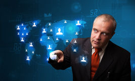 Hombre de negocios que elige de mapa de red social Imagen de archivo libre de regalías