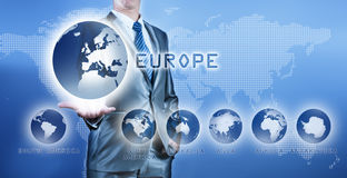 Hombre de negocios que elige el continente de Europa en la pantalla digital virtual imagen de archivo libre de regalías