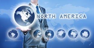 Hombre de negocios que elige el continente de Norteamérica imagen de archivo