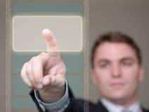 Hombre de negocios que empuja el botón en la pantalla translúcida. Fotos de archivo