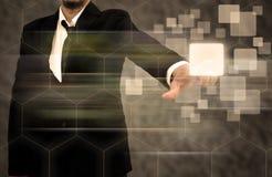 Hombre de negocios que empuja el botón manualmente en un interfaz de la pantalla táctil Fotografía de archivo libre de regalías
