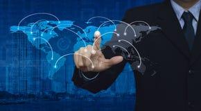 Hombre de negocios que empuja el botón del centro de la conexión de red del mundo en el ci Imágenes de archivo libres de regalías