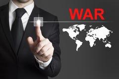 Hombre de negocios que empuja el international de la guerra del botón Imagen de archivo libre de regalías