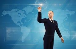 Hombre de negocios que empuja en un botón de la pantalla táctil Imagenes de archivo