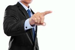 Hombre de negocios que empuja la pantalla manualmente virtual fotos de archivo libres de regalías