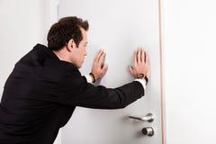 Hombre de negocios que empuja la puerta Foto de archivo libre de regalías