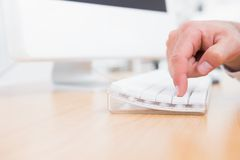 Hombre de negocios que empuja llave en el teclado Imágenes de archivo libres de regalías