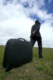 Hombre de negocios que empuja su bagaje Imágenes de archivo libres de regalías