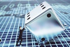 Hombre de negocios que empuja un dado, concepto financiero Imagen de archivo libre de regalías