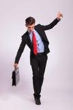Hombre de negocios que equilibra en cuerda Imágenes de archivo libres de regalías