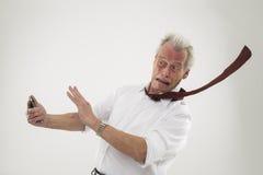Hombre de negocios que es estropeado por los fuertes vientos Imagen de archivo