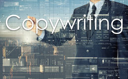 Hombre de negocios que escribe Copywriting en tablero transparente Imágenes de archivo libres de regalías
