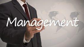 Hombre de negocios que escribe a la gestión de la palabra Fotografía de archivo libre de regalías