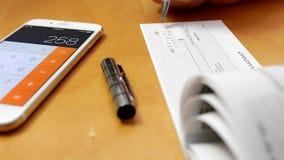 Hombre de negocios que escribe un cheque almacen de metraje de vídeo