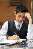 Hombre de negocios que escribe un diarybook Fotografía de archivo libre de regalías
