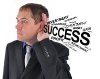Hombre de negocios que escucha la ayuda del éxito foto de archivo libre de regalías