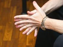 Hombre de negocios que espera con las manos dobladas Imagen de archivo libre de regalías