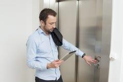 Hombre de negocios que espera el elevador Fotografía de archivo libre de regalías