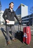 Hombre de negocios que espera un taxi Imagen de archivo