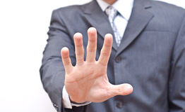 Hombre de negocios que expresa la denegación con la mano abierta Imagenes de archivo