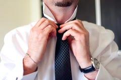 Hombre de negocios que fija el lazo negro en la camisa blanca Novio en la boda imagen de archivo libre de regalías