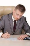 Hombre de negocios que firma el papel Foto de archivo