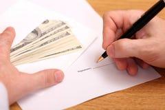 Hombre de negocios que firma un contrato Fotografía de archivo libre de regalías