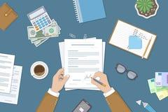Hombre de negocios que firma un documento Manos del hombre con la pluma y el contrato El proceso del acuerdo financiero del negoc Foto de archivo