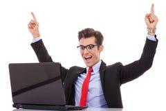 Hombre de negocios que gana en su escritorio Imágenes de archivo libres de regalías