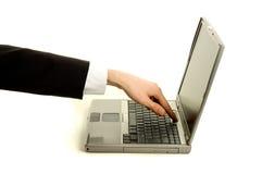 Hombre de negocios que gira la computadora portátil Fotografía de archivo libre de regalías