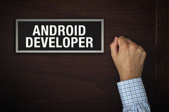 Hombre de negocios que golpea en puerta del desarrollador de Android Foto de archivo libre de regalías