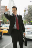 Hombre de negocios que graniza un taxi Imagenes de archivo