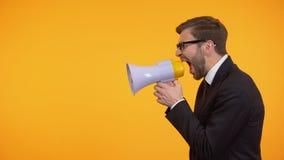 Hombre de negocios que grita en el megáfono, aviso de las noticias de última hora, lugar para el texto metrajes