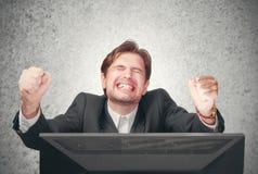 Hombre de negocios que grita en el ordenador, emoción, expresión Imagenes de archivo