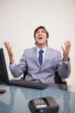 Hombre de negocios que grita hacia fuera ruidosamente Imagenes de archivo