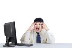 Hombre de negocios que grita y que expresa agotador Imagen de archivo