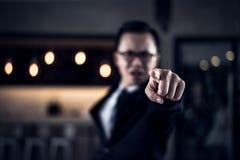 Hombre de negocios que grita y que señala el finger en usted porque él está muy enojado de los informes de ventas disminuidos Imagenes de archivo
