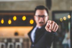 Hombre de negocios que grita y que señala el finger a la cámara Foto de archivo