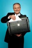 Hombre de negocios que guarda documentos con seguridad Fotografía de archivo