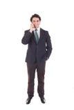 Hombre de negocios que habla con el teléfono móvil de la célula aislado en blanco Imagen de archivo