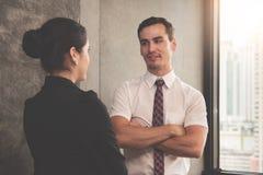 Hombre de negocios que habla con la empresaria Imagen de archivo libre de regalías