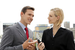 Hombre de negocios que habla con la empresaria al aire libre Imagen de archivo libre de regalías