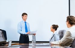 Hombre de negocios que habla con los colegas Imagen de archivo libre de regalías