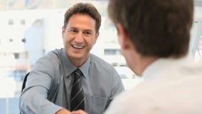Hombre de negocios que habla con un cliente almacen de video
