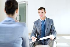 Hombre de negocios que habla con una mujer para un trabajo Imagen de archivo
