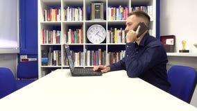 Hombre de negocios que habla en el teléfono almacen de metraje de vídeo